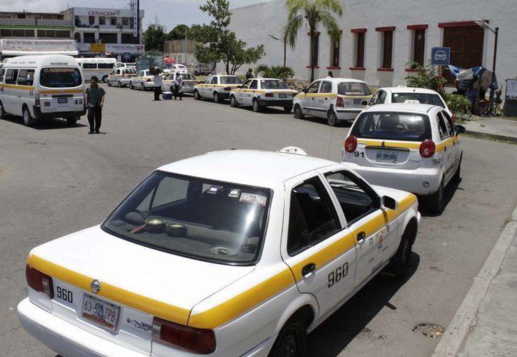 Taxistas de la agrupación Glifo Maya reiteran que no hay impedimento legal para que les otorguen renovación de licencias. (Harold Alcocer/SIPSE)