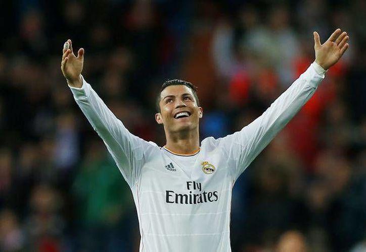 Cristiano Ronaldo envió sus deseos por estas fechas navideñas a sus seguidores de la red social Twitter. El portugués está entre los nominados al Balón de Oro 2015, junto a Messi y a Neymar. (Archivo AP)