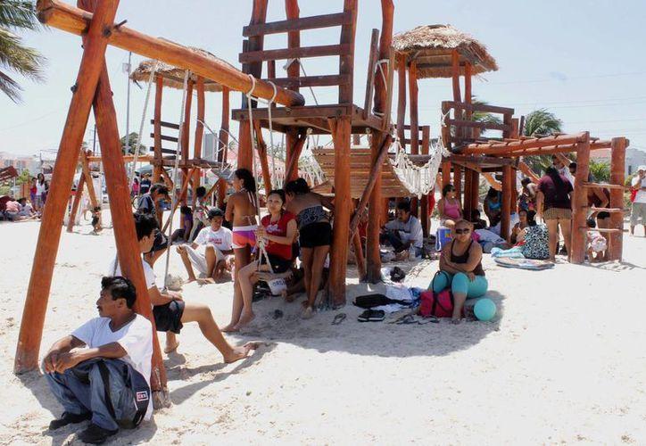 El balneario de Puerto Juárez registra visitantes toda la semana. (Tomás Álvarez/SIPSE)