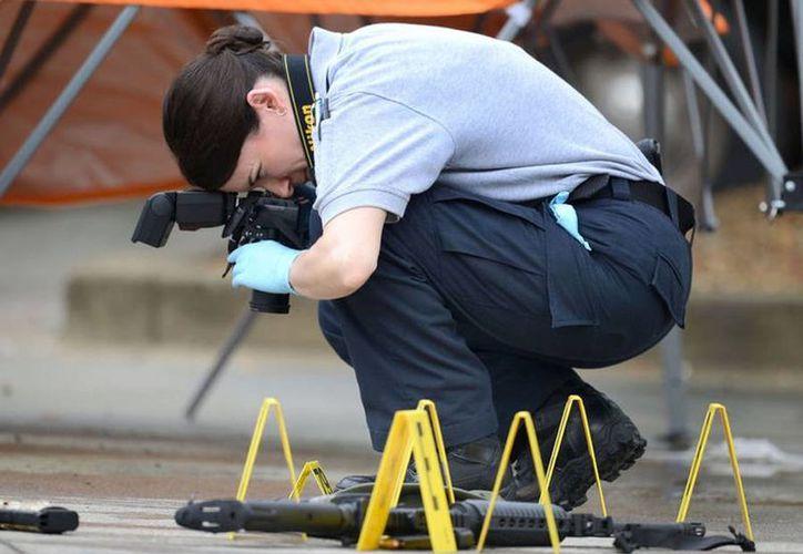 Un agente fotografía la escena de un tiroteo en Bristol. (heraldcourier.com)