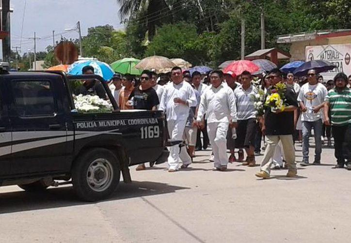 Imagen del cortejo fúnebre de Ángel Rafael C. C. en la comisaría de Dzi. Familiares de los jóvenes asesinados piden que se aplique todo el peso de la ley contra el doble homicida. (Milenio Novedades)