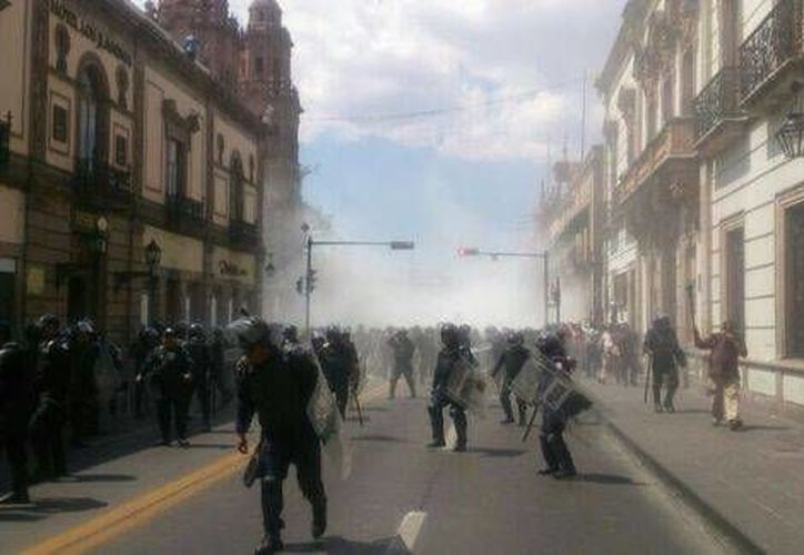 Los choques entre docentes y policías es en el marco de la aprobación de la Ley General de Educación para el Estado de Michoacán. (Milenio/Foto tomada de Quadratín)