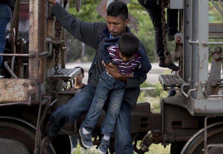 Los crímenes cometidos contra migrantes en México incluyendo, la trata de personas, secuestros y violaciones. Imagen de un centroamericano sobre un tren de carga durante su viaje hacia la frontera EU-México en Ixtepec. (Archivo/AP)