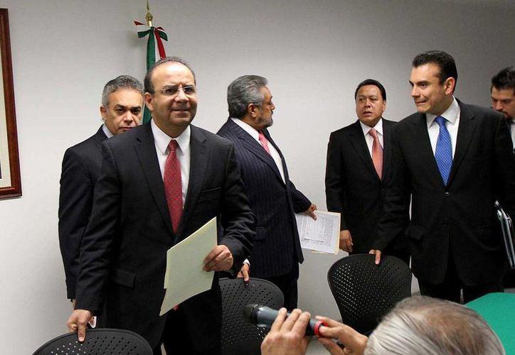 En conferencia de prensa, el secretario del Trabajo, Alfonso Navarrete Prida, (en primer plano, de frente), dijo que aún no determinan si los activos de Mexicana alcanza para pagar liquidación a los ocho mil 500 trabajadores de Mexicana. (NTX)