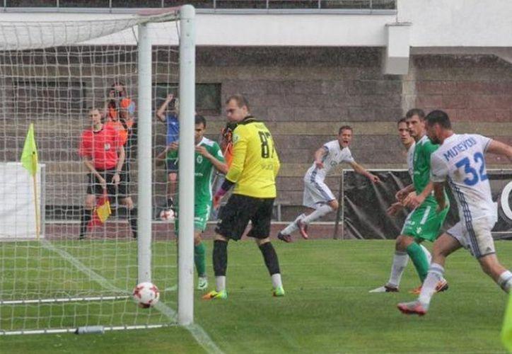 Nadie se esperó que esta jugada se convirtiera en una de las más curiosas en el fútbol. (Foto: Excelsior)
