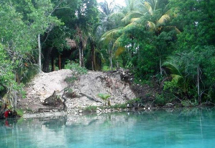 En una secuencia fotográfica, se muestra un terreno ubicado al norte de la laguna, el cual presenta relleno de material parecido a la arena. (Javier Ortiz/SIPSE)