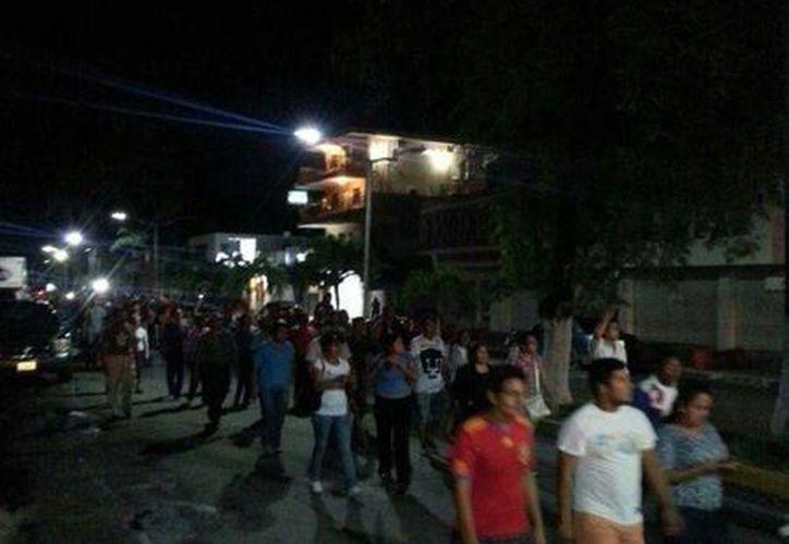 Parte del contingente de mil 500 maestros que marcharon por el retiro del plantón en el Palacio de Gobierno. (Edgardo Rodríguez/SIPSE)