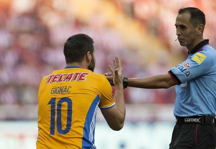 El árbitro Luis Enrique Santander denunció que fue amenazado por los aficionados por no haber marcado un penal en la final Tigres - Chivas. (lopezdoriga.com)