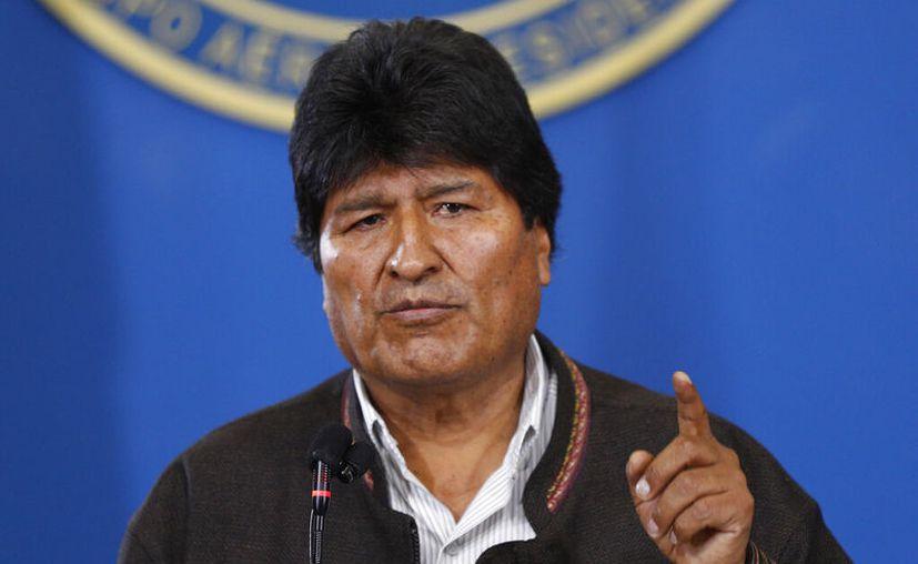 El presidente de Bolivia, Evo Morales, habla durante una conferencia de prensa en el aeropuerto militar de El Alto, Bolivia.  (Foto AP/Juan Karita)