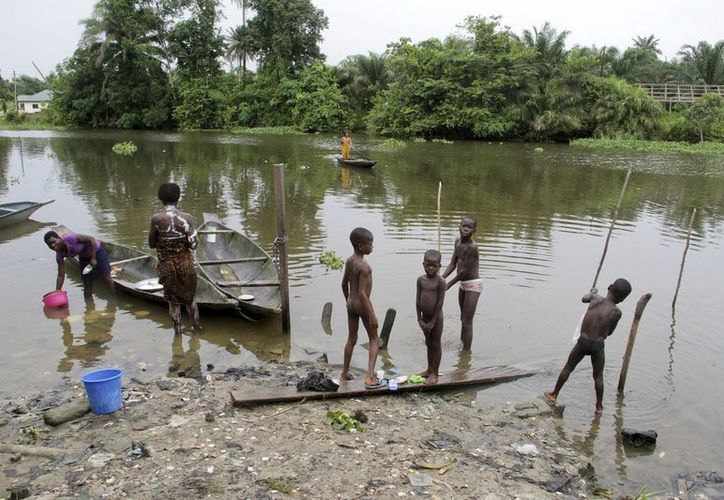 Niños se bañan a orillas del río del pueblo de Otueke, en Nigeria. (EFE/Archivo)