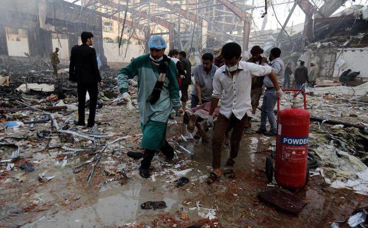 Un bombardeo sobre un funeral en Yemen dejó al menos 140 muertos. (EFE)