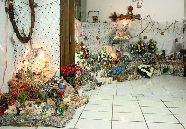 El original nacimiento abarca dos piezas de la casa de su creadora, Zoyla Noemí Bacelis Silva. (José Acosta/SIPSE)