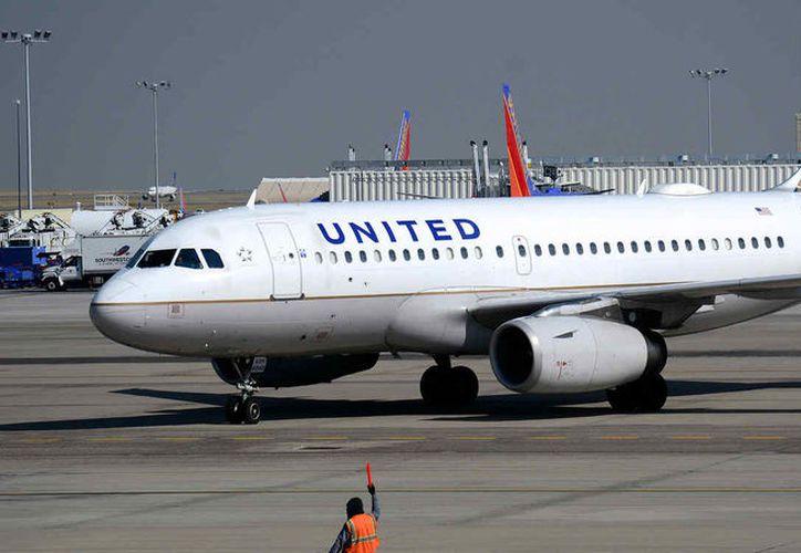 Un incidente más volvió a ensuciar la imagen de la aerolínea United Arilines, esta vez se trató de un acto racista contra un mexicano. (Telemundo.com)