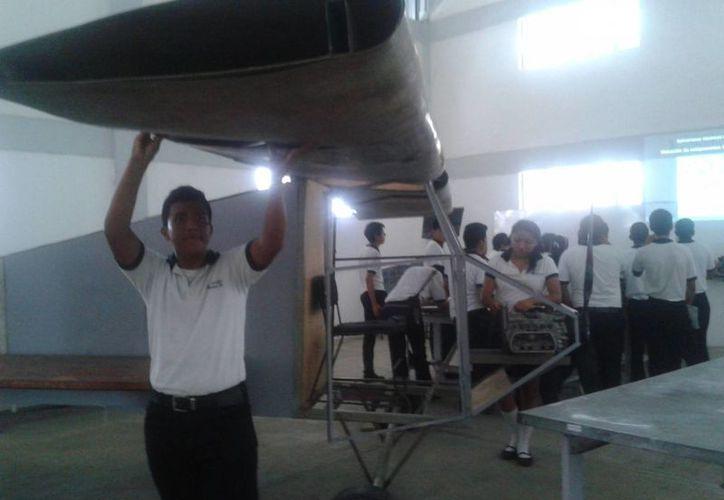 Estudiantes y docentes diseñaron sus propios aviones con material reciclado. (Tomás Álvarez/SIPSE)
