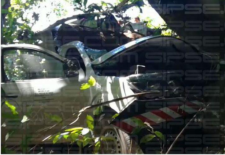 Presuntamente el conductor se durmió y se impactó contra unos árboles. (Foto: Redacción/SIPSE)