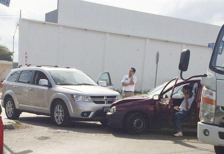 Imagen del choque triple en la calle 21 por 32 de la colonia Chuburná. Los conductores realizaban sus llamadas a las aseguradoras correspondientes. (SIPSE)