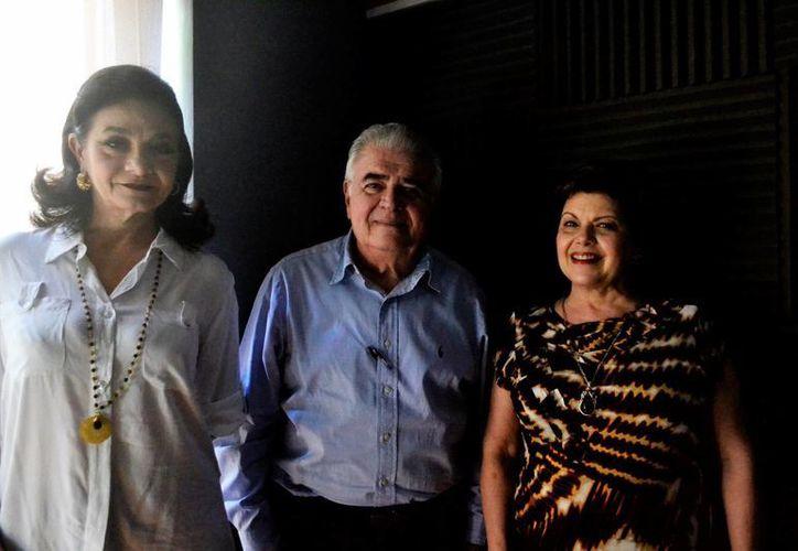 Marilis Escalante, el doctor Roberto Díaz y Díaz, y Alis García, en el programa radial Salvemos una vida. (SIPSE)