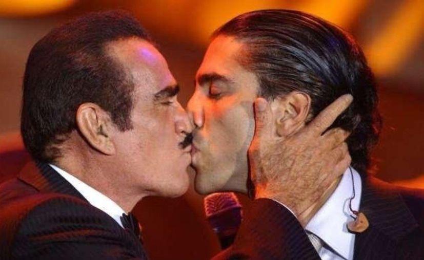 Vicente Fernández Jr. pidió que le ofrezcan pruebas sobre la supuesta homosexualidad de su hermano Alejandro Fernández. (Telemundo)