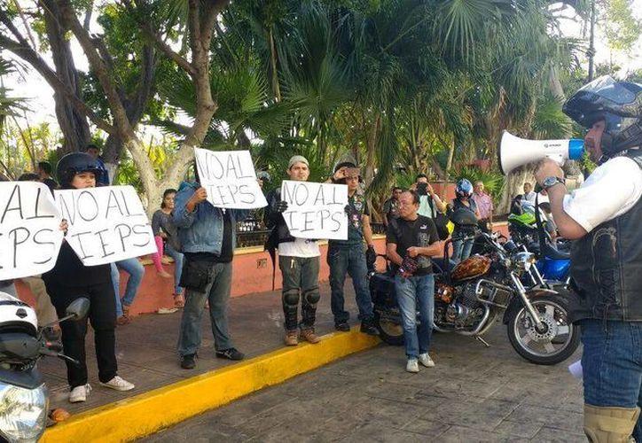 Cerca de 50 motociclistas se concentraron frente a Palacio de Gobierno para protestar contra el IEPS. (Katia Leyva/ Milenio Novedades)