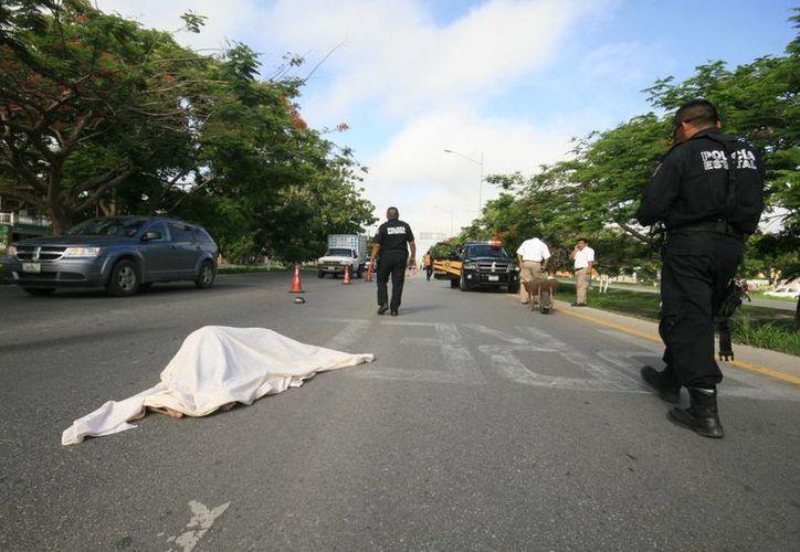 El cuerpo del infortunado jardinero quedó en medio de la vía. Fue atropellado por un camión. (SIPSE)