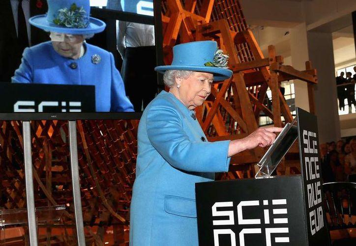 La Corona busca a un experto que tendrá la responsabilidad de crear contenido para las redes sociales de la reina y su sitio web. (The Independent)