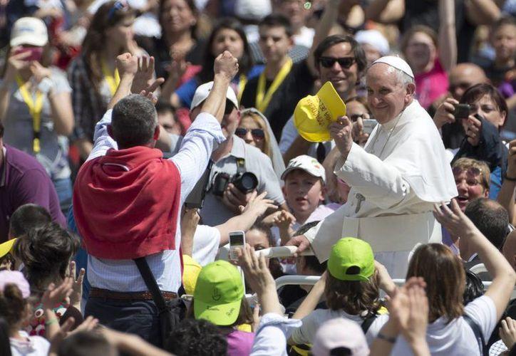 El Papa saluda a la multitud mientras que deja la plaza de San Pedro en el Vaticano. (Agencias)