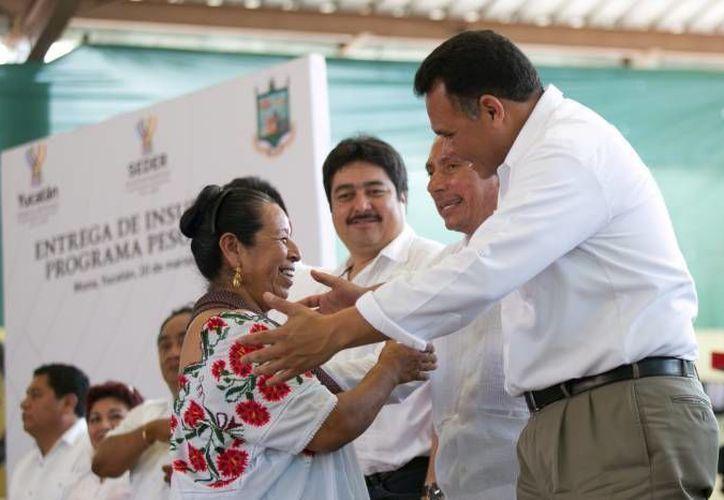 El gobernador Rolando Zapata estará este martes en el Centro de Justicia para las Mujeres. En la foto, durante una entrega de apoyos al campo yucateco en Muna, en marzo de este año. (SIPSE)