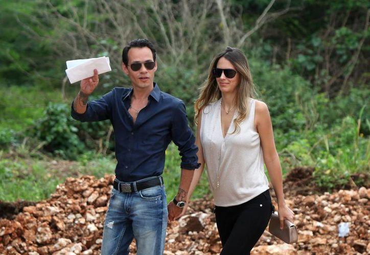 El cantante de origen puertorriqueño Marc Anthony camina junto a su novia, la modelo venezolana Shannon De Lima, con quien se casará pronto. (EFE/Archivo)