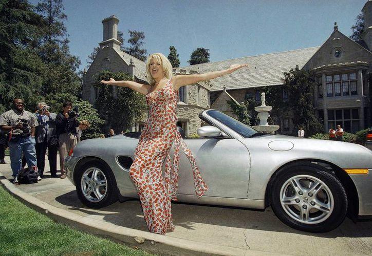 Victoria Silvstedt frente a la Mansión Playboy ubicada en Beverly Hills. La foto es del 1 de mayo de 1997. La Mansión ya fue puesta en venta. (AP)