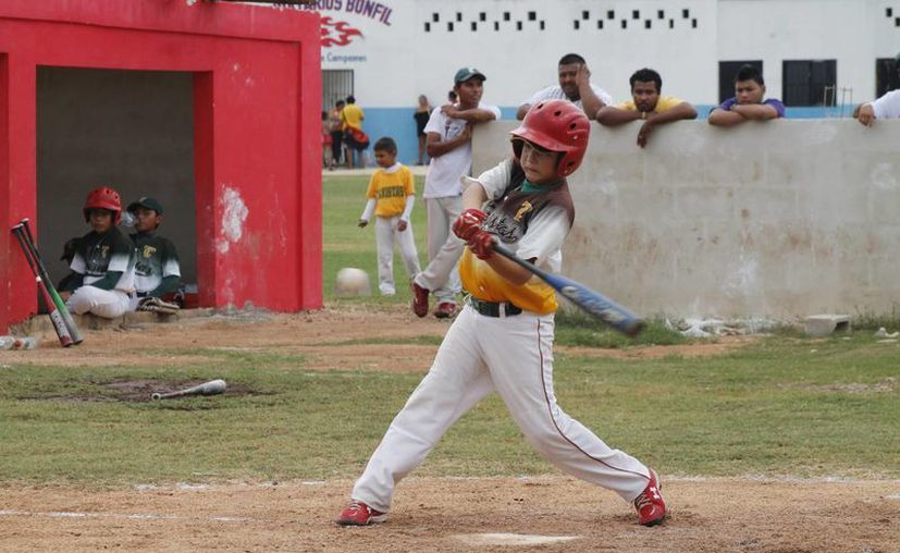 Reconocen y premian el esfuerzo de los niños beisbolistas. (Raúl Caballero/SIPSE¨)