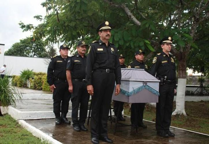 El comandante Saidén Ojeda encabezó una guardia de honor ante el féretro de Carlos Barraza. (SIPSE)