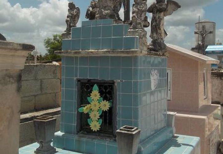 Esta es una de las tumbas que tiene 7 ángeles, así como un Cristo, en el panteón de Dzilam González. (Jorge Moreno/SIPSE)