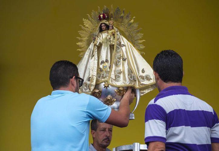 La Virgen de la Caridad del Cobre, patrona de Cuba, presidirá la primera misa que oficiará el Papa Francisco en la Habana. El Sumo Pontífice estará en la isla cuatro días. (AP)