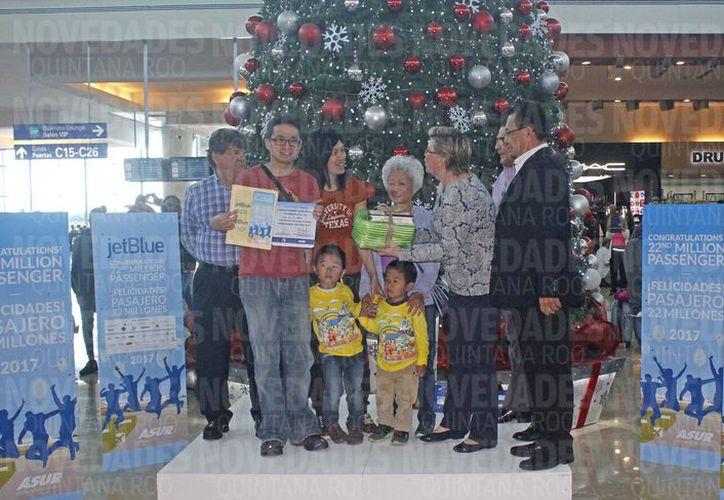 El visitante y su familia recibieron varios regalos, después de pasar 10 días en este destino turístico. (Alejandro García/SIPSE)