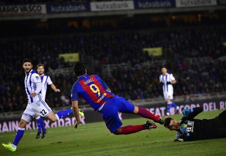 Con un gol de penal de Neymar, Barcelona ganó 1-0 a Real Sociedad en partido de ida de cuartos de final de Copa del Rey. En la foto, de espaldas, Luis Suárez. (AP)
