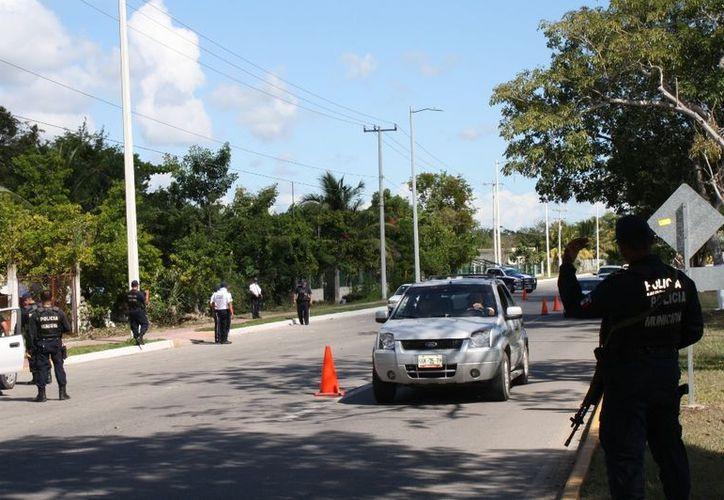 Los 10 elementos del grupo táctico de la Policía Municipal Preventiva (PMP) activaron el cinturón de seguridad en la salida de la capital, frenaran el paso de contrabandistas, traficantes de drogas, armas y explosivos. (Francisco Sansores/SIPSE)
