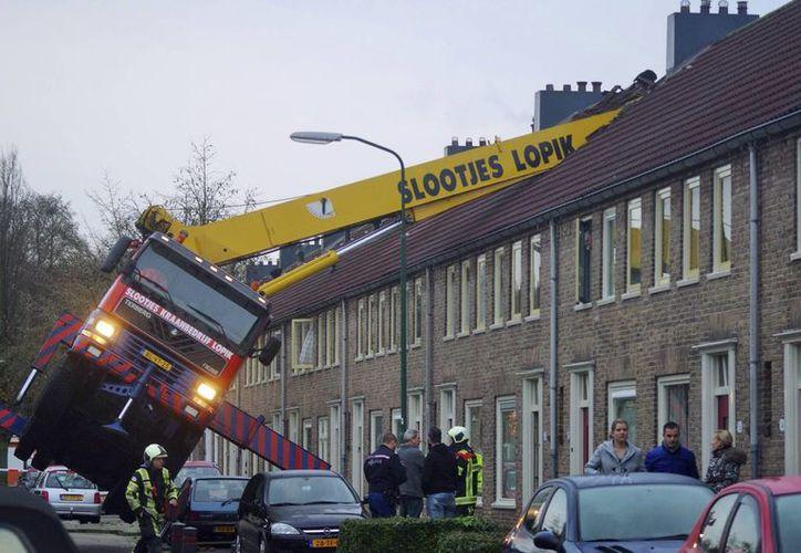Pese al accidente con la grúa, que pudo ser fatal, la novia del enamorado dijo que sí a propuesta matrimonial fallida en Amsterdam. (Foto: AP)