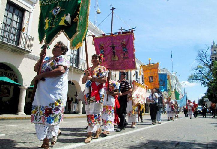 Integrantes del gremio en procesión rumbo a Catedral con motivo de las festividades del Cristo de las Ampollas. (Milenio Novedades)