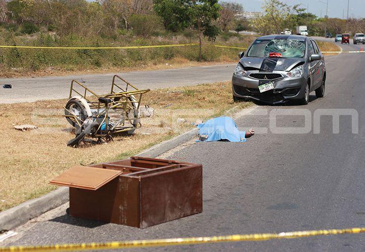 El cuerpo del infortunado quedó junto a sus pertenencias.  (Foto: Jorge Pallota/SIPSE)