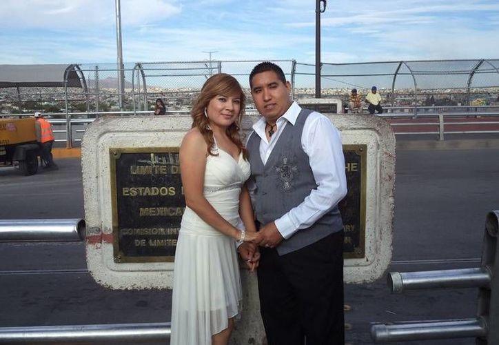 Durante la mayor parte de la ceremonia, Falcón permaneció en el lado estadunidense, mientras ella se mantuvo todo el tiempo en el lado mexicano. (texastribune.org)