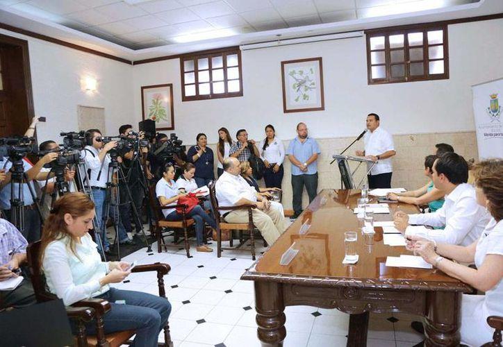 Aspecto de la rueda de prensa en presentaron a los integrantes del equipo de transición del Ayuntamiento de Mérida. (Cortesía)