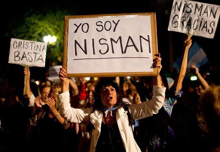 Protestas públicas para exigir el esclarecimiento de la muerte del fiscal Alberto Nisman, quien acusó a la presidenta Cristina Fernández de 'limpiar' acusaciones contra presuntos terroristas iraníes. (AP)
