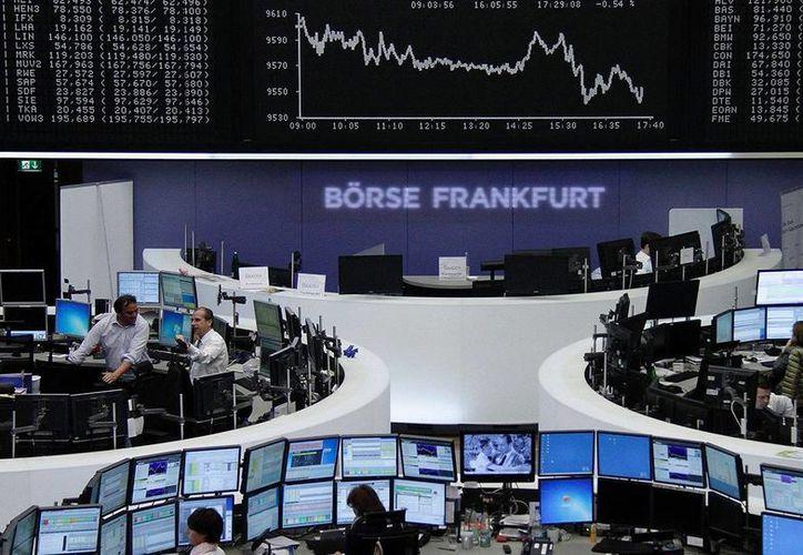 Operadores durante la jornada financiera en Alemania. (altonivel.com.mx)