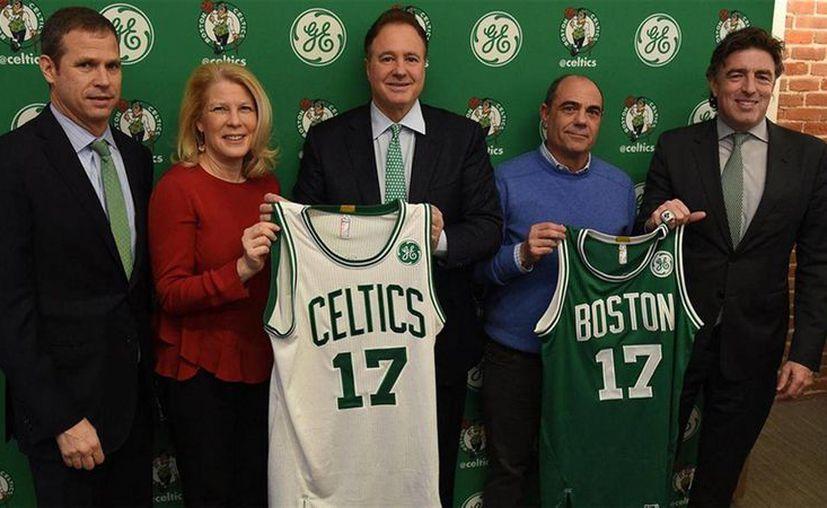 Los Celtics de Boston, los 76ers de Filadelfia y los Kings de Sacramento son los tres primeros equipos de la NBA que contarán con publicidad en sus jersey, algo insólito en el deporte estadunidense. (Fotos tomada de lanacion.com.ar)