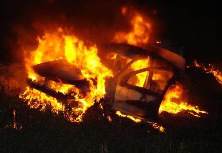 El incendio ocasionó la pérdida total del vehículo; se desconoce la identidad del negligente tripulante. (Redacción/SIPSE)