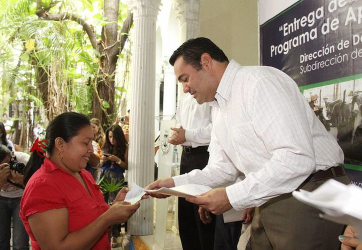 Maria Leticia del Socorro Ku Cob recibe su microcrédito de manos del alcalde meridano. (Cortesía)