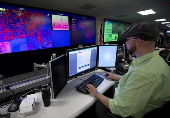 Un especialista trabaja en el Centro Nacional de Integración de Ciberseguridad y Comunicaciones en Arlington, Virginia. (Agencias)