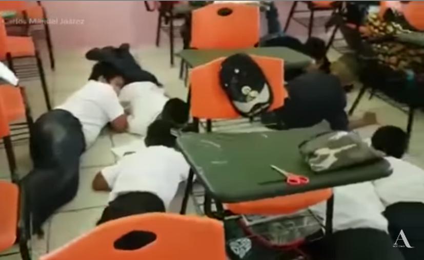 Un video que circula en redes sociales muestra a niños de la primaria Puerta de Las Américas mientras se resguardan de una presunta balacera ocurrida  en Nuevo Laredo esta semana. (YouTube)