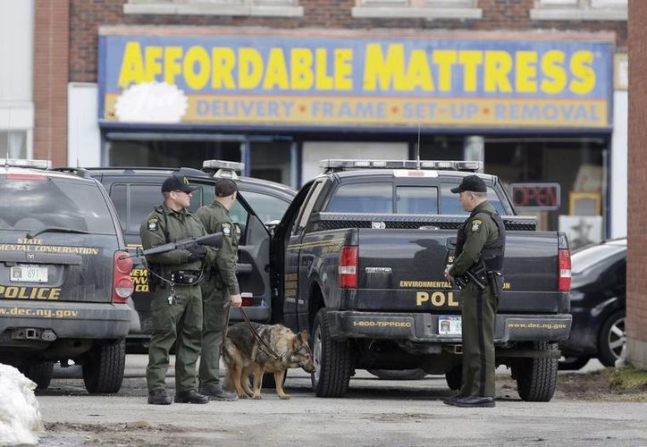 El sospechoso, usó aparentemente una arma larga en los ataques, y parecía estar escondido en un edificio de Herkimer. (Agencias)