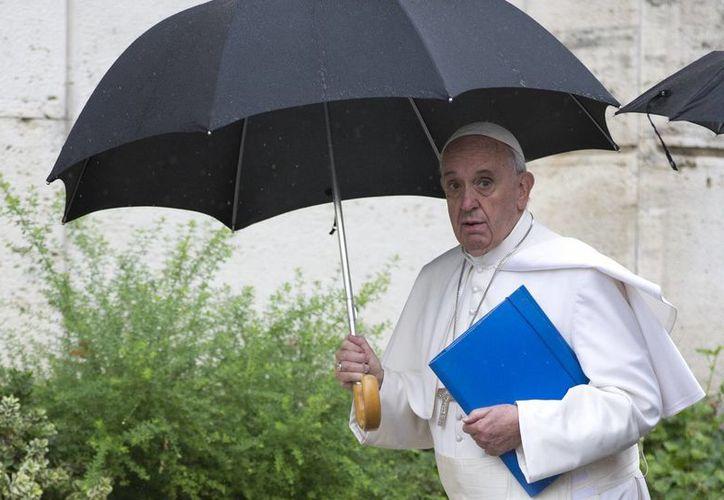 El Papa Francisco llega a la sesión vespertina del sínodo de obispos en el Vaticano. (Agencias)